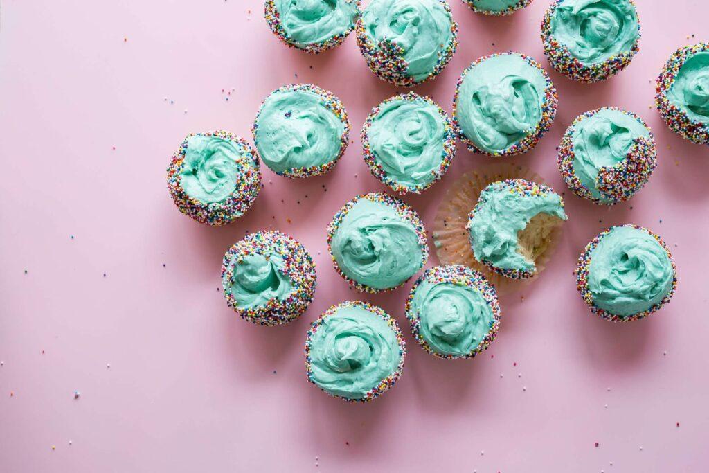 Blaue Cupcakes mit Streuseln