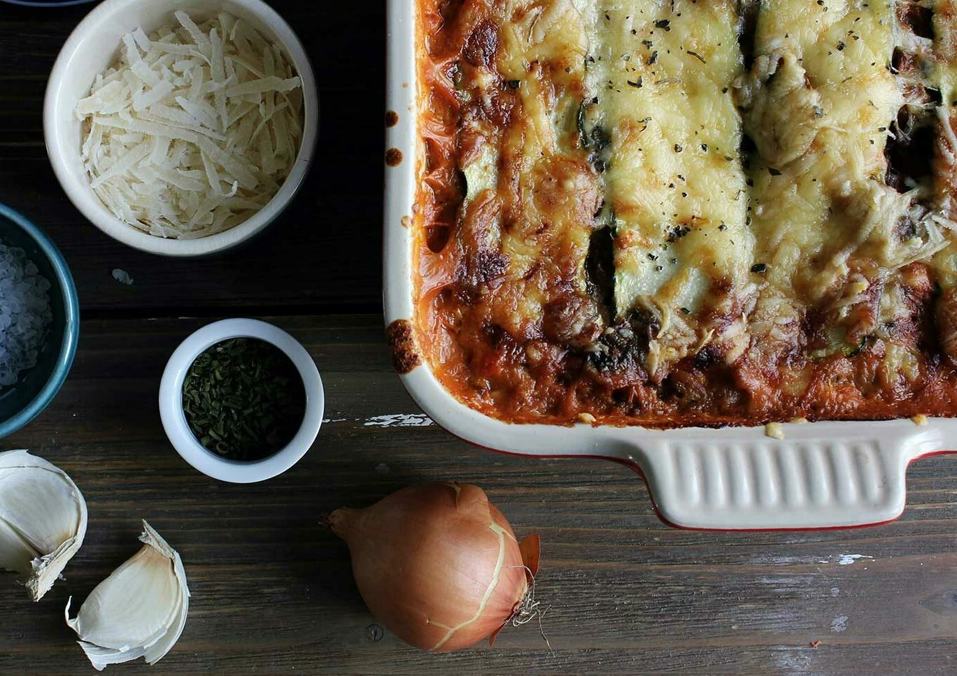 Zutaten und der fertige Kartoffel-Spinat-Auflauf