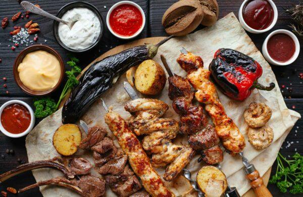 Fleisch-Schaschlik-Spieße mit Soßen und Beilagen
