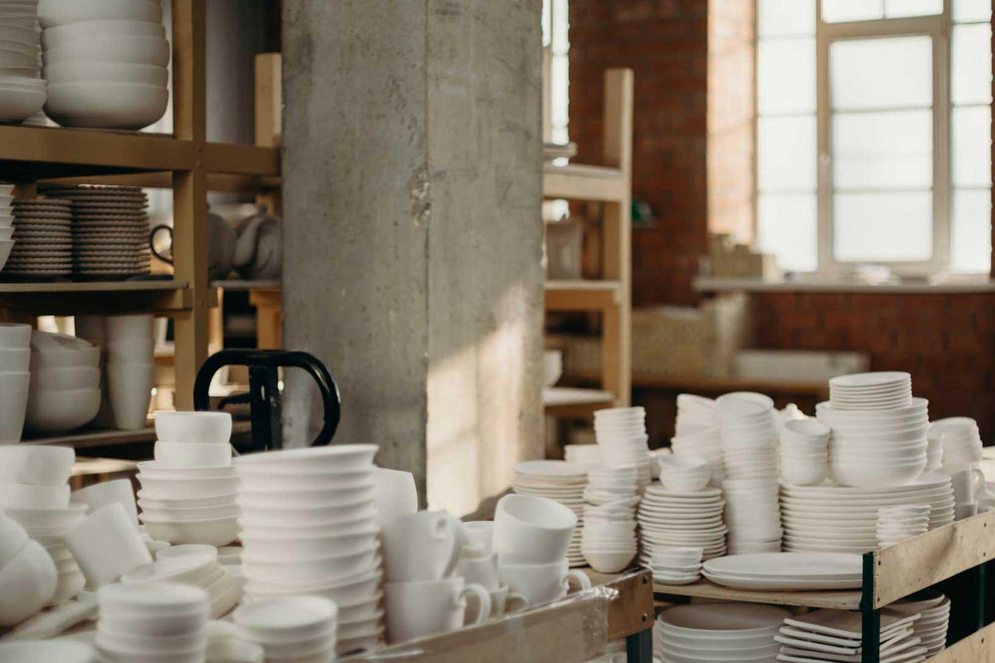 Porzellan-Geschirr in einer Halle
