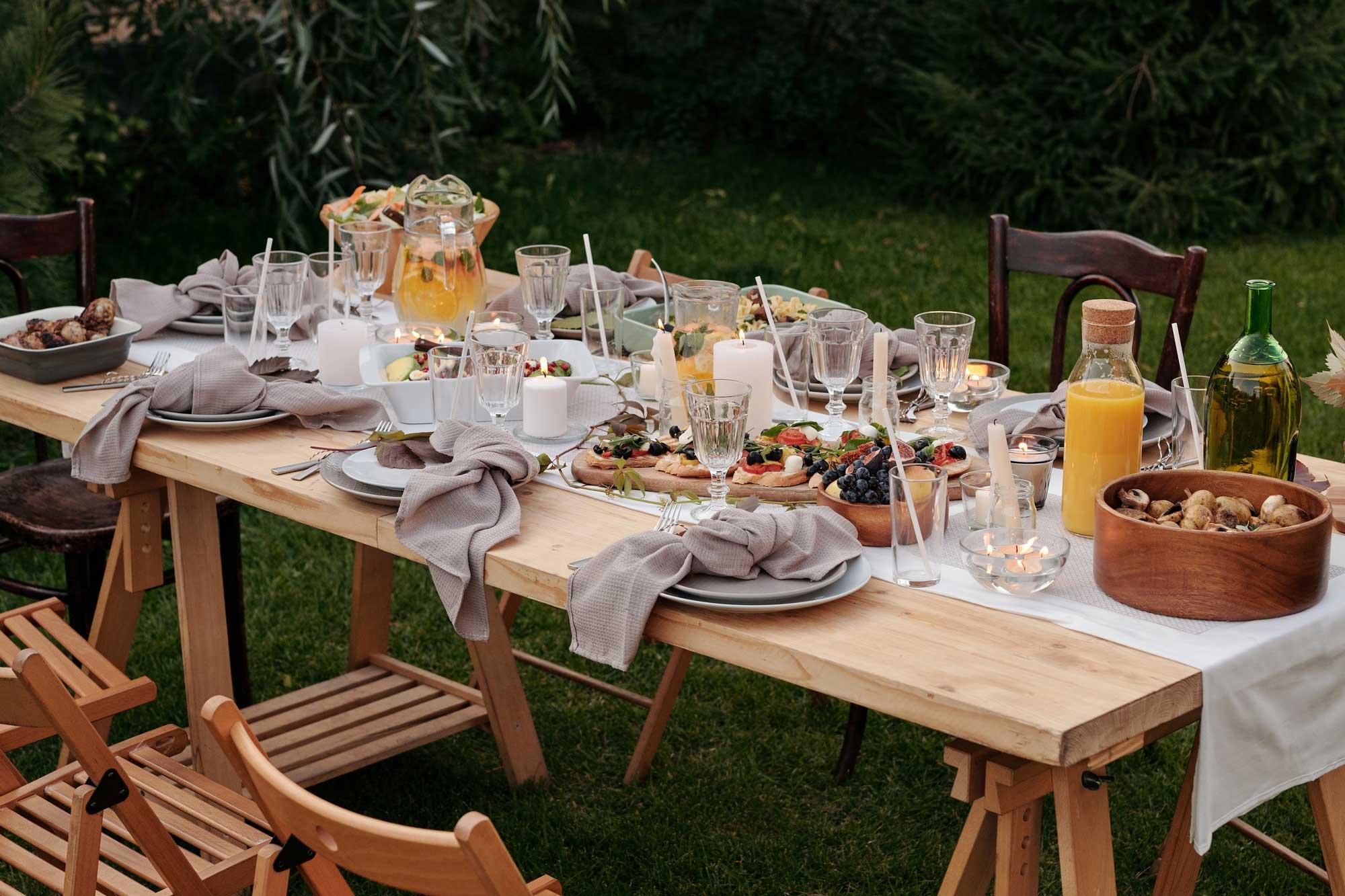Ein Tisch voller Essen und Geschirr