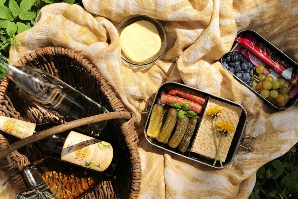 Verschiedene Snacks auf einer Picknick-Decke