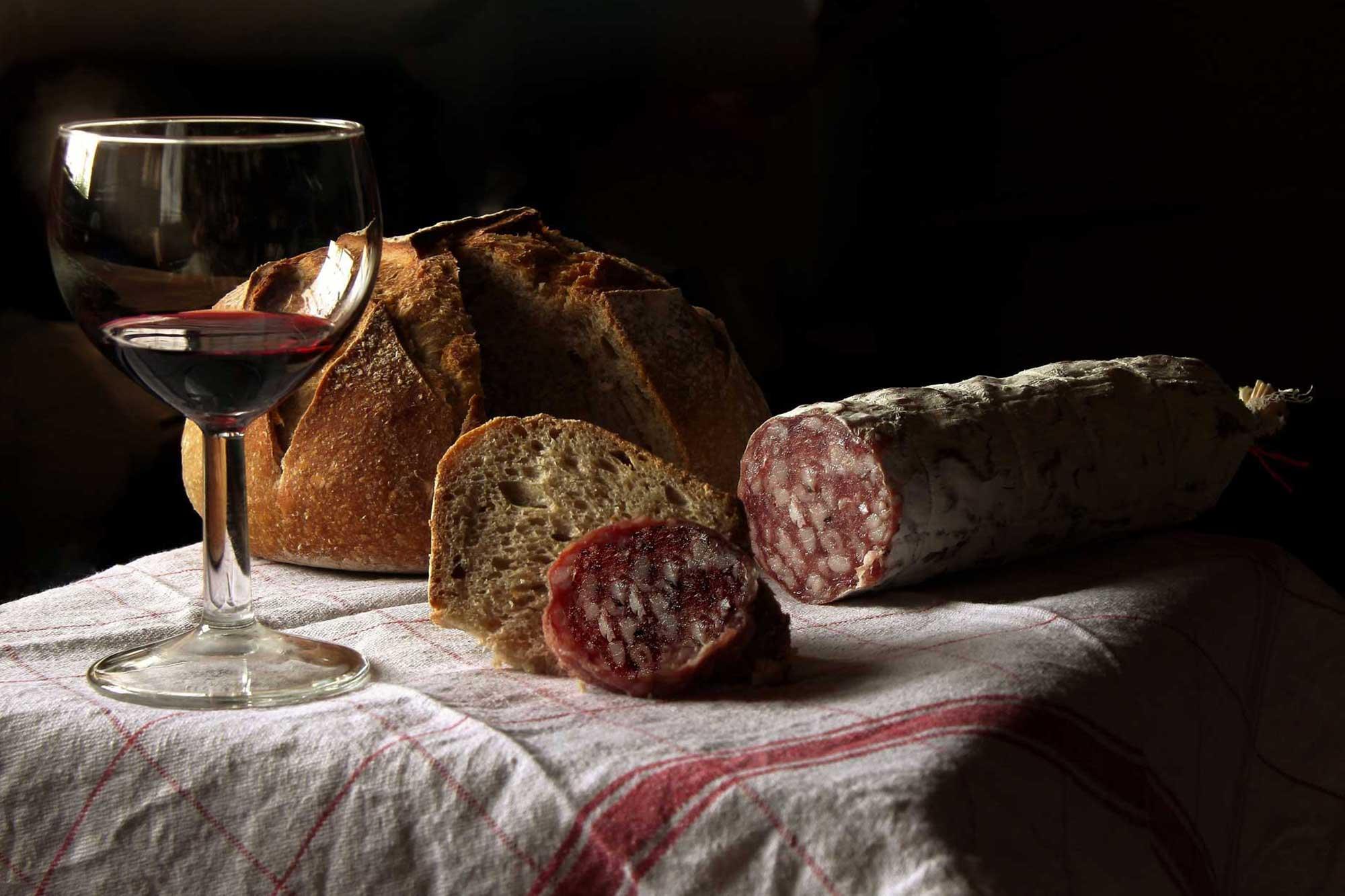 Salami, Brot und Wein auf einem Tisch