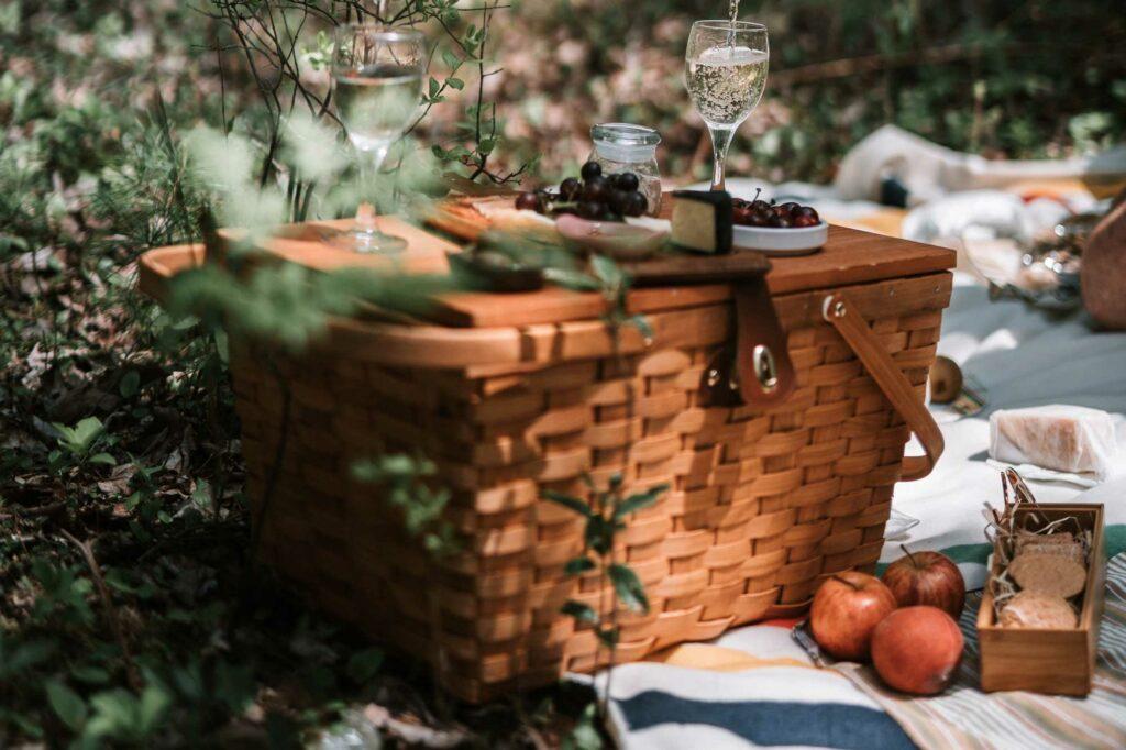 Ein Picknickkorb auf einer Decke im Wald