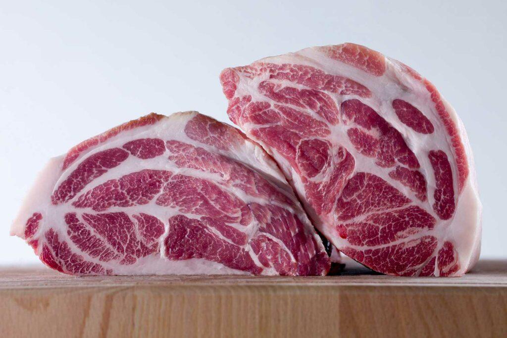 Fleisch auf einem Holzbrett